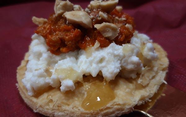 Hojaldre caramelizado con requesón, Chorizo de León, miel de León y avellanas