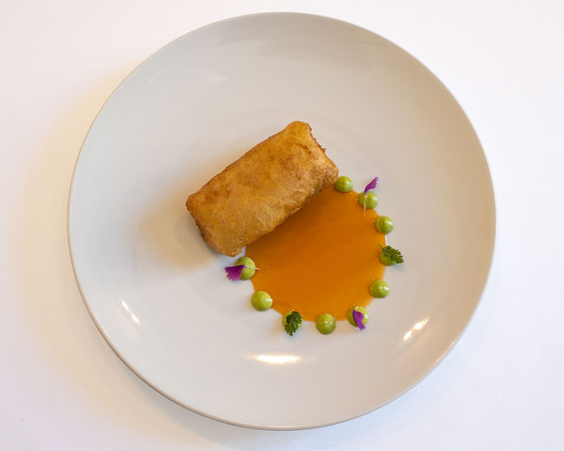 Merluza a la romana, pil-pil de Chorizo de León y emulsión de cebollino