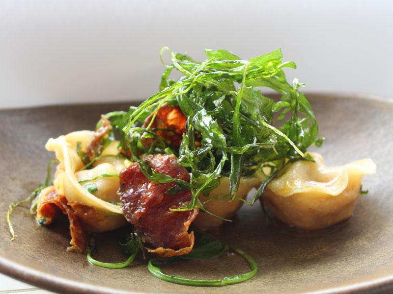 Capelettis rellenos de patata y chorizode León con mantequilla colorada y rúcula